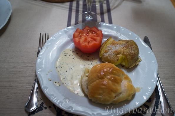 Ädelostinbakad-kycklingfilé-med-kraschad-potatis-på-tallrik