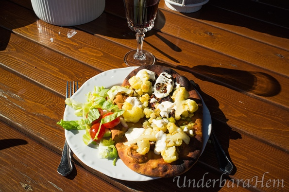 Grillad-schnitzel-med-naanbröd-på-tallrik
