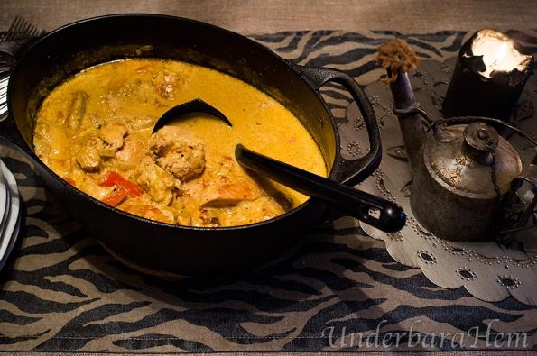 Kycklinggryta med kokosmjölk, serveras med nudlar!