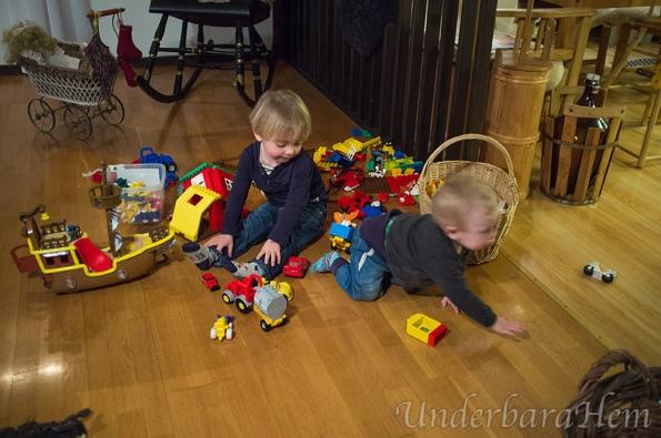 Millian-och-Milton-leker-med-lego