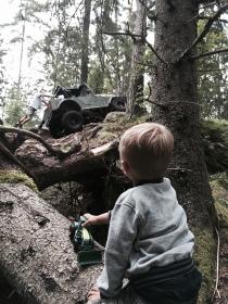 Millian-kollar-på-Jeep