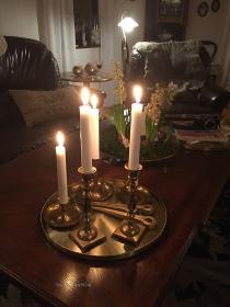 Ljus-på-vardagsrummsbord