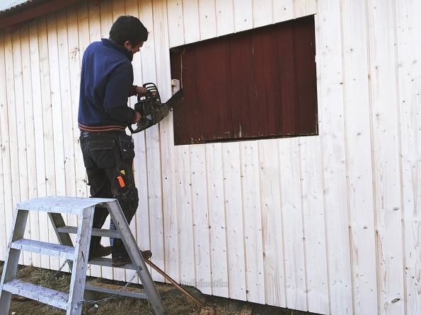 Sonen-fixar-fönster-på-ladugården