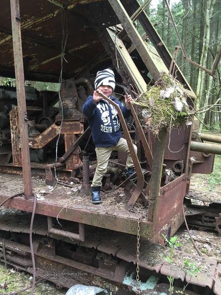 Rostig-grävskopa-och-jobbare