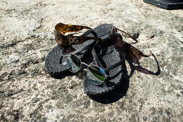 Sandaler-och-solglasögon