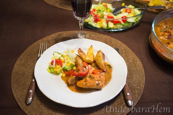 kycklinggryta-med-chili-och-cocosmjolk-pa-tallrik